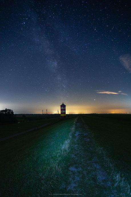 Milchstraße über dem Pilsumer Leuchtturm.