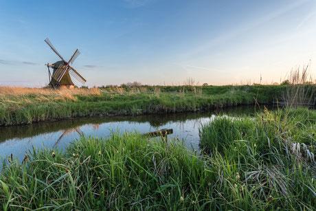 Historische Wasserschöpfmühle in Neustadtgödens kurz vor Sonnenuntergang im Landkreis Friesland Norddeutschland
