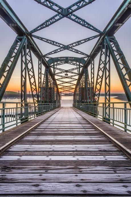 Nassaubrücke in Wilhelmshaven bei Sonnenaufgang im Winter mit Raureif