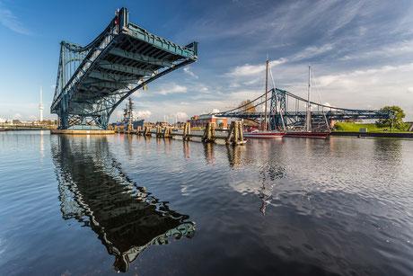 Zwei Segelboote fahren durch die geöffnete Kaiser-Wilhelm-Brücke in Wilhelmshaven
