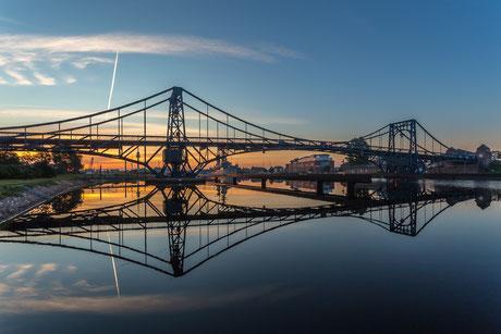 Sonnenaufgang an der Kaiser-Wilhelm-Brücke in Wilhelmshaven mit schöner Spiegelung im Wasser
