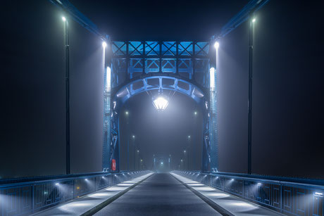 Kaiser-Wilhelm-Brücke im Nebel