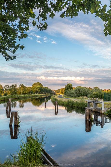 Spiegelung im Ems-Jade-Kanal in Mariensiel in der Gemeinde Sande