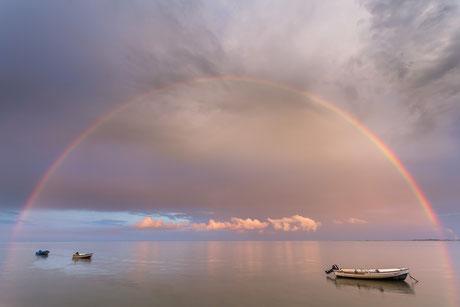 Regenbogen am Banter Fischerdorf in Wilhelmshaven mit Booten im Vordergrund
