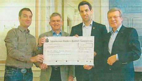 Samuel Mottaki und Ulrich Beier von der Aktiv Brücke, Kiwanis-Präsident Andreas Franke und Sekretär Winfried Mirau (von links)