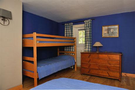 La chambre bleue :1 lit double et 2 lits superposés