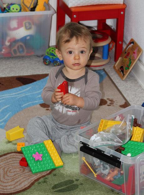 presque 12 mois : V´a découvert les légos, une grande fierté pour son Papa !