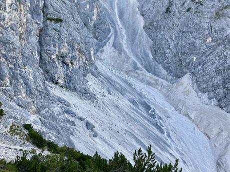 Der erste Teil des Anstiegs geht steil nach oben auf steinigem Untergrund. Dieser Teil kostet viel Kraft und nach der Traverse geht es in die ersten Kletterpassagen.