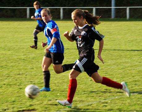 Auch Lea Kuhl, B-Juniorin mit Spielberechtigung in der FSG Ebsdorfergrund (vorn), konnte trotz guter Leistung die Niederlage gegen Ehringshausen nicht verhindern