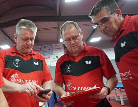 Die Gebrüder Wickenkamp und Matthias Rinschede feilen an der besten Aufstellung für das heutige Spiel.