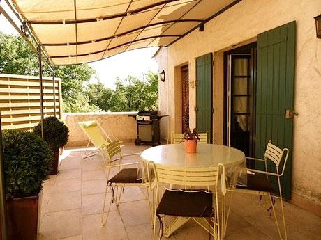 La terrasse ombragée, clôturée