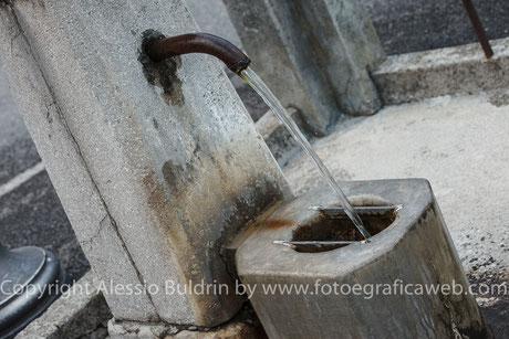 Arrivando da Porpetto si incontra una fontana di acqua sorgiva.