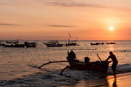Pecheurs au coucher du soleil - Jimbaran - Indonésie © Olivier Philippot Photo