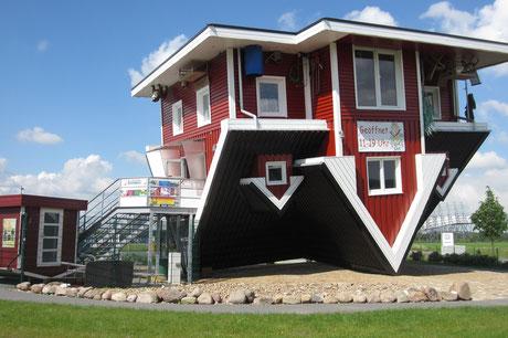 Das Verrückte Haus - Ein Haus steht Kopf