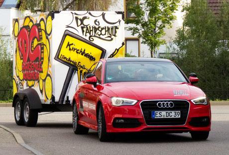Zugkombination für die Führerscheinklasse BE. Audi A3 und Anhänger.