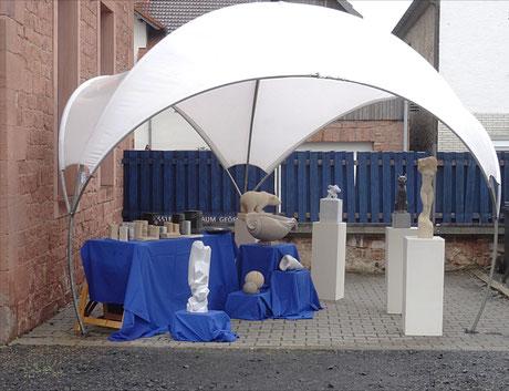 Ausstellungs Stand vom Bildhauer Gunter Schmidt im Hofgut Zippur 27. und 28. April 2019.
