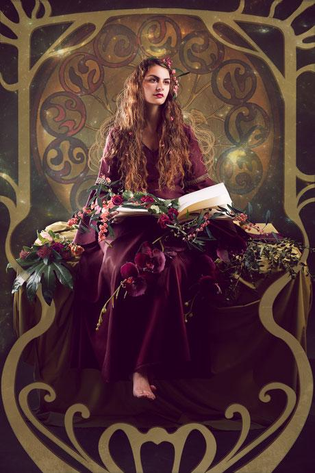 Mischtechnik aus Fotografie und grafischen Elementen und gemalten. Eine Frau hat ein Buch in der Hand und blickt verträumt aus dem Bild heraus. Das Bild wirkt mystisch, magisch und geheimnisvoll.