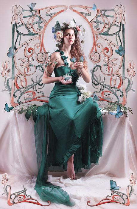 Fotografie einer schönen Frau, die ein Parfum in der Hand hat, mit grafischen Elementen aus der Art Nouveau Zeit. Schmetterlinge umtanzen die Frau