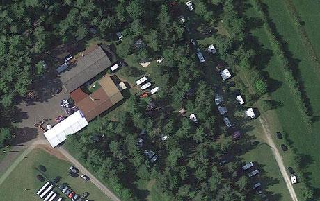 Gebäude und Campingplatz