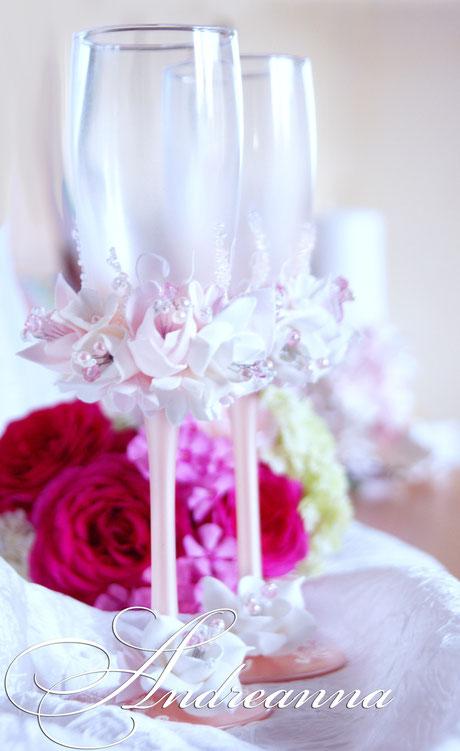 Свадебные бокалы «бело-розовая фрезия и гардения» на розово-жемчужном фоне,  стоимость 800грн