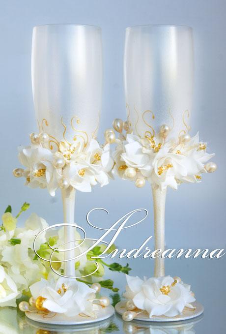 Свадебные бокалы «бело-золотая фрезия и гардения» на золотисто-жемчужном фоне,  стоимость 800грн