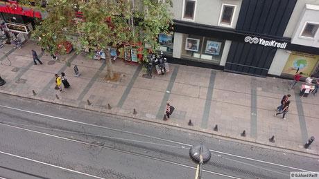 Blick vom Hostel auf unsere Motorräder, zumindest von oben gut versteckt, hoffentlich werden sie nicht abgeschleppt