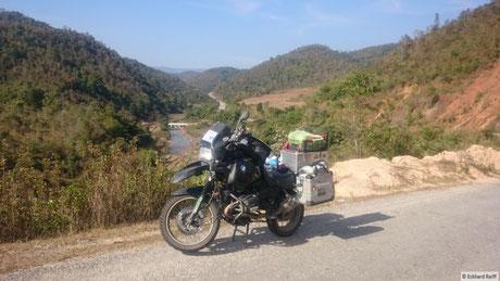 kurz vor dem Etappenziel Kyaing Tong in den Bergen, vorne auf der Scheibe sieht man mein burmesisches Kennzeichen