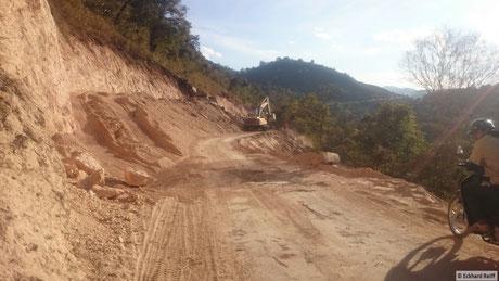 das schöne am Straßenbau in Myanmar ist, begradigt wird da nichts, nur breiter gemacht