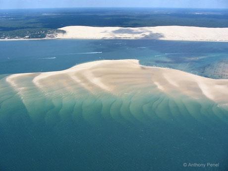 Vue du banc de sable avec, au fond, la Dune du Pilat