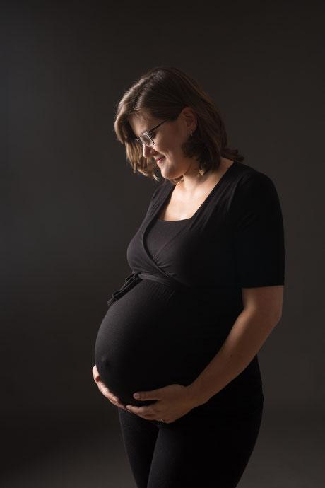 Bild 1 Babybauchshooting mit Licht-echt Fotografie von Nina Wenning in Leichlingen