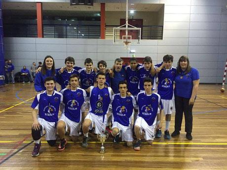 El Cadete Urola celebra en la cancha del Polideportivo de Bentaberri su victoria en la final.
