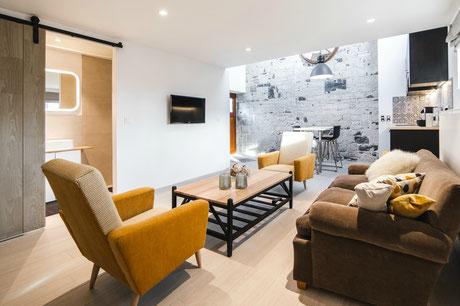 """""""Le Cabri ô lait» - Comfortabele vakantiewoning voor 2 personen op de eerste verdieping van  de familieboerderij- met privé terras met tafel en stoelen op het gelijkvloers en grote beveiligde parking ,met nachtverlichting, ook voor bestelwagens en carava"""