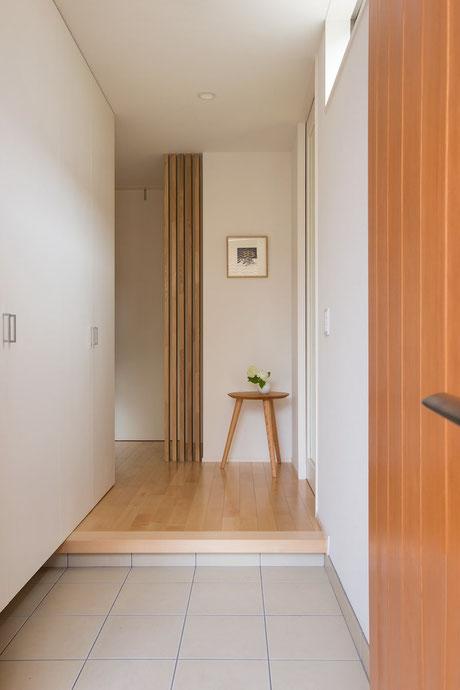 玄関入った正面は大事なフォーカルポイントになります。絵などを飾れるように仕立てるとちょっとしたお洒落な空間になります。玄関