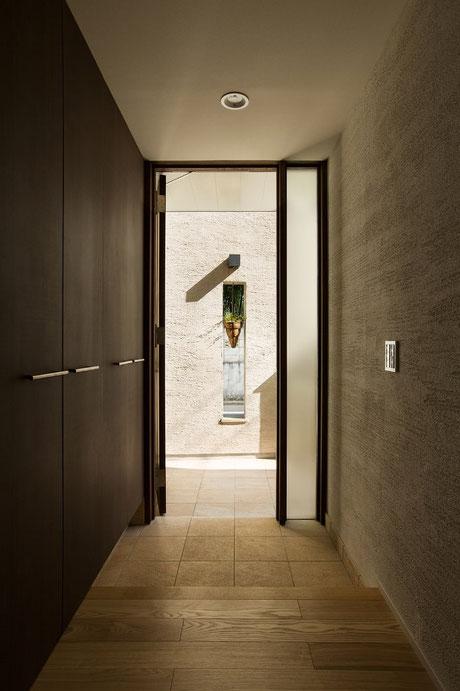 玄関を開けた瞬間の景色を大切に。玄関の右側の壁は珪藻土塗り、クロスとは違う風合いと味わいがあります。玄関・フォーカルポイント