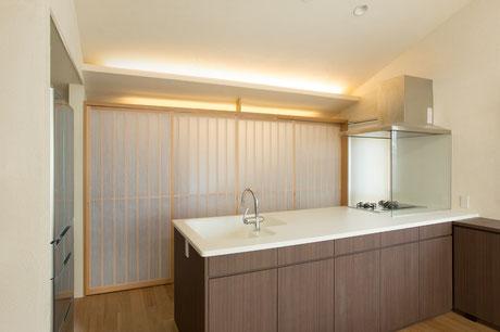 和モダンの空間がお好きなお施主様に合わせて障子調の引き戸に。お客様がいらした時にはキッチン背面の雑多な家電や食器棚を隠せ、スッキリした空間にできます。キッチン