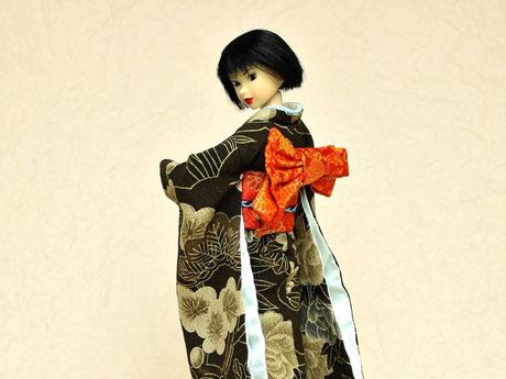 お姉さんな雰囲気のmomokoさんには、ぐっと衣紋を抜いて艶やかに