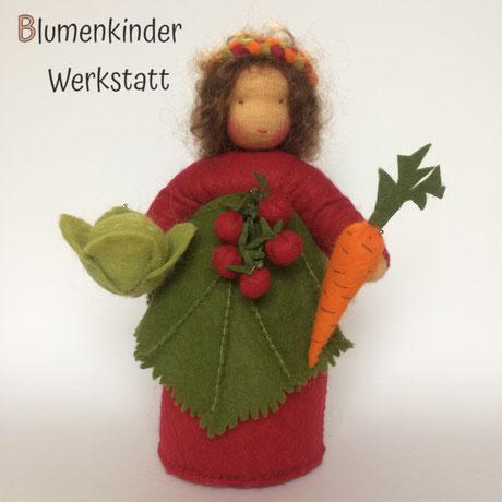Blumenkinderwerkstatt Erntefrau mit Tomatenrispe Möhre und Kohlkopf