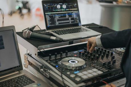 DJ mit seinem Werkzeug, einem Pioneer Controller
