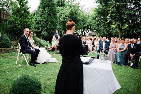 Eine Freie Trauung auf einer Wiese, mit Brautpaar und den Gästen