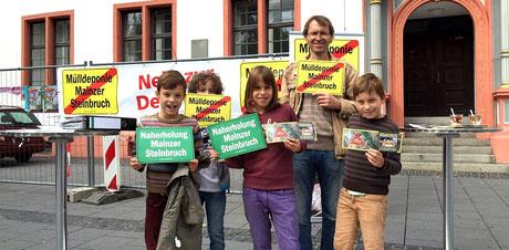 Auch unsere jüngsten, unterstützen tatkräftig die BI, wie heute auf dem Infostand in der Mainzer Innenstadt