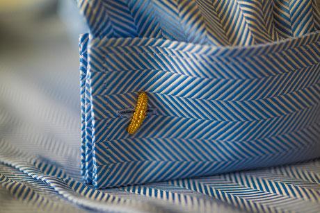 Hemdmanschette in blauen Fischgrat-Muster mit goldenem Manschettenknopf