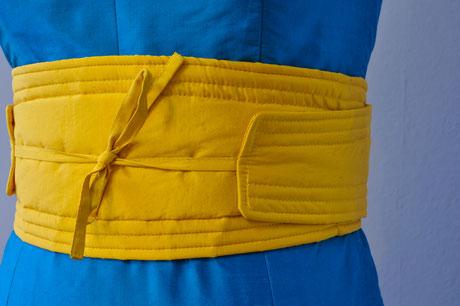 Türkisfarbenes Abendkleid aus Seide mit gelbem Obigürtel in einer Individualanfertigung
