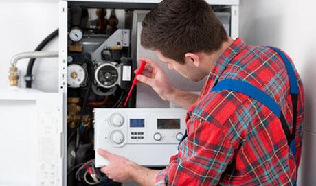 Elektriker arbeitet am Schaltschrank und ist durch eine gute Berufsunfähigkeitsversicherung abgesichert