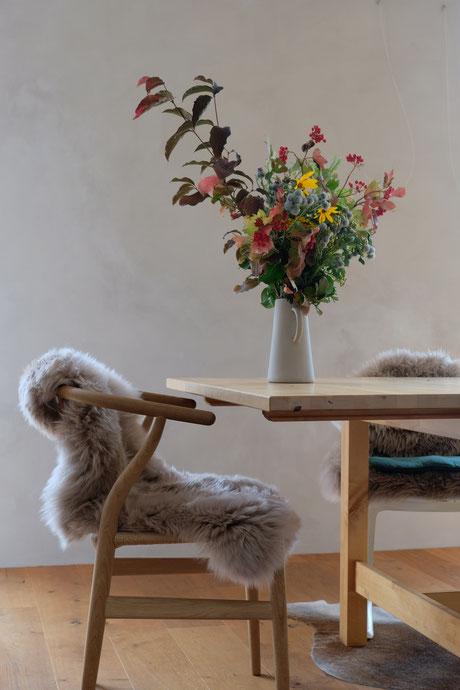 ieartige // Design Studio - BLOG - #kalklitir, Kalkfarbe im Essbereich, Esszimmer, Wildflowers, Y-Chair, tablesetting, wallcolor