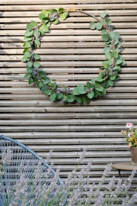 ieartige // Design Studio - BLOG - #Kranz aus #Eukalyptus, #Lavendel + #Distel, Sommer #Sommerdekoration #Garten #Acapulco-Chair, #Dekoidee #DIY #Inspo #Holz