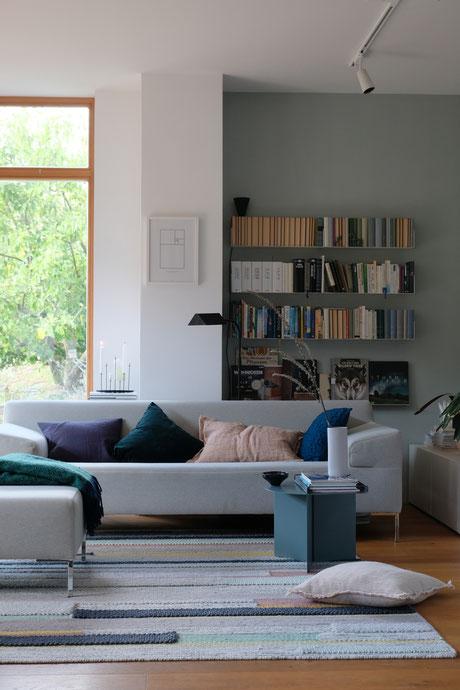 ieartige // Design Studio - BLOG - #Wohnzimmer, das graue Sofa mit Kissen in Pflaume, Samtgrün, Blassem Terrakotta bzw. Roseton und Petrol