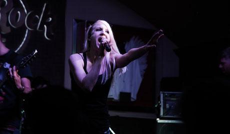 Mila live auf der HardRockCafé Bühne