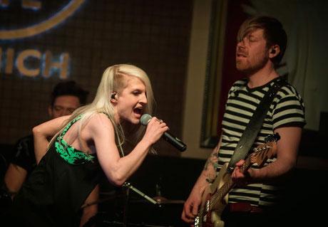 Mila und A.K. auf der Bühne