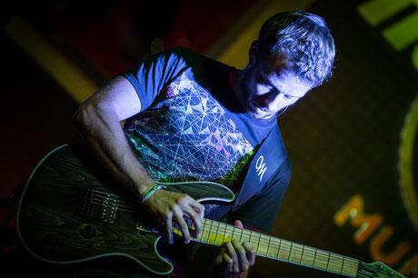 Leo, Gitarrist der Band Mila Masu live auf der HardRockCafé Bühne