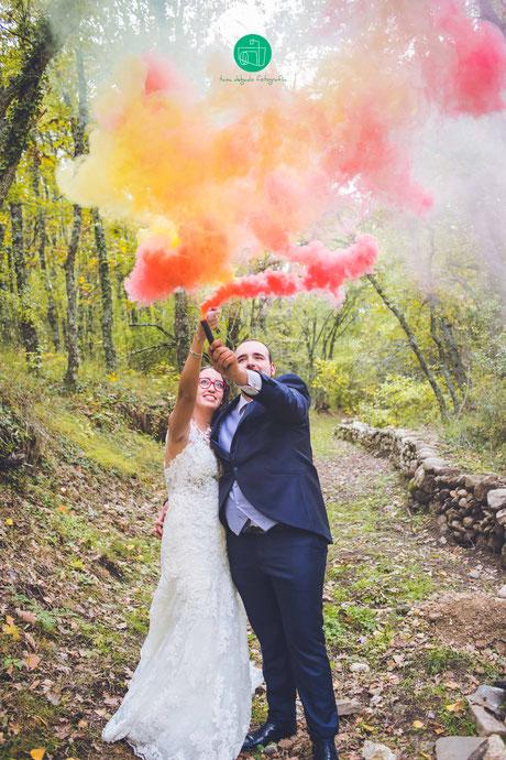 Postboda, rascafria, bosque finlandes, boda, wedding, postwedding, sesion de fotos, pareja, amor, fotografo, madrid, fotografia, reportaje, botes de humo, humo de colores